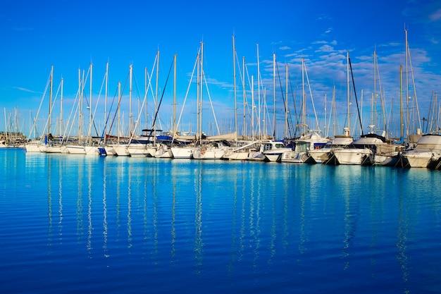 Port de plaisance de denia à alicante en espagne avec des bateaux Photo Premium