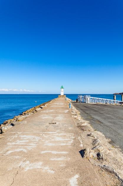 Port de sauzon en france sur l'île belle ile en mer dans le morbihan Photo Premium