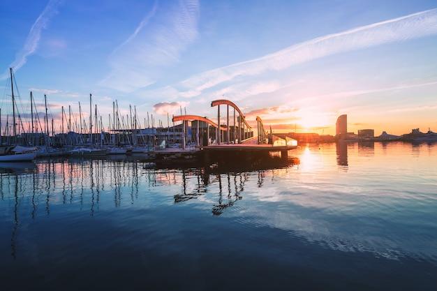 Port vell de barcelone avec voilier Photo Premium