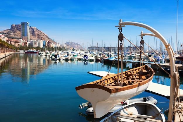Port avec des yachts à alicante Photo gratuit