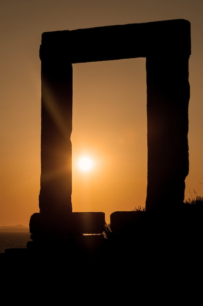 Portara de naxos au coucher du soleil Photo Premium