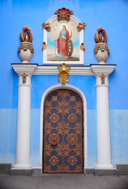 Porte de la cathédrale saint-michel à kiev Photo Premium