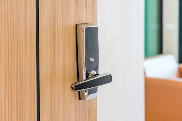 Porte de chambre d'hôtel ou d'appartement utilisée serrure numérique pour le contrôle d'accès. Photo Premium
