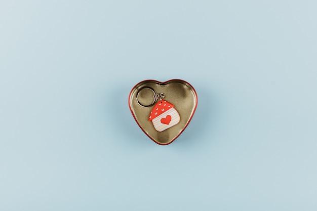 Porte-clés en forme de maison avec coeur rouge Photo Premium