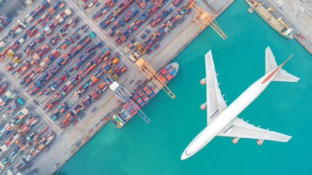 Les porte-conteneurs et les avions de transport dans le commerce d'exportation et d'importation et de la logistique Photo Premium
