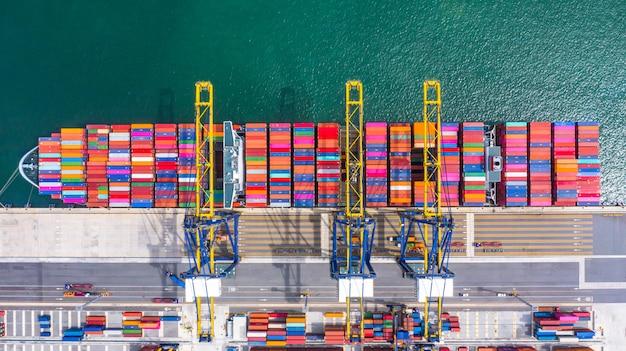 Porte-conteneurs de chargement et de déchargement dans le port de haute mer, vue de dessus aérienne d'import / export de logistique d'entreprise Photo Premium