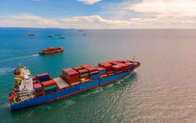 Porte-conteneurs dans le commerce d'exportation et d'importation et logistique dans l'océan Photo Premium
