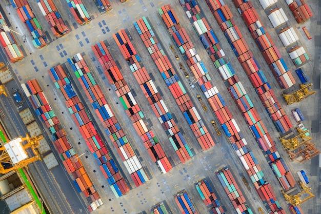 Porte-conteneurs dans la logistique et le transport pour le commerce d'exportation et d'importation Photo Premium