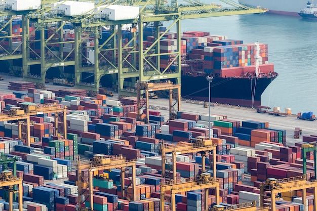 Porte-conteneurs En Import-export Et Port Logistique D'affaires. Photo Premium
