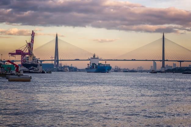 Les porte-conteneurs sont des véhicules de transport dans l'industrie du transport maritime Photo Premium