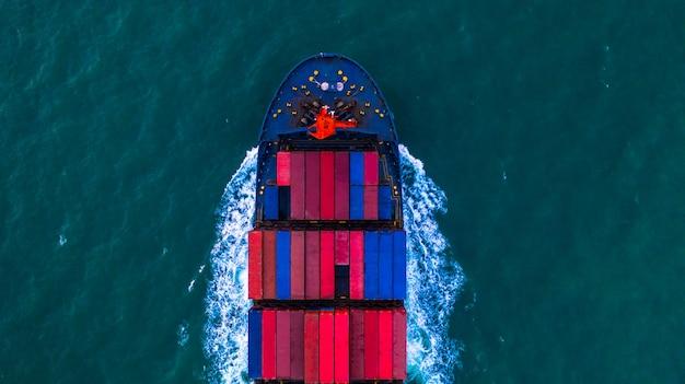 Porte-conteneurs transportant une boîte à conteneurs pour la logistique d'importation et d'exportation et le transport par porte-conteneurs en pleine mer, vue aérienne. Photo Premium
