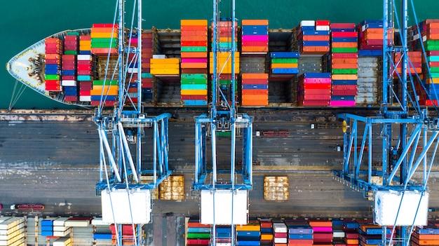Porte-conteneurs transportant des conteneurs de chargement au port pour importation et exportation, logistique d'entreprise et transport par porte-conteneurs, vue aérienne. Photo Premium