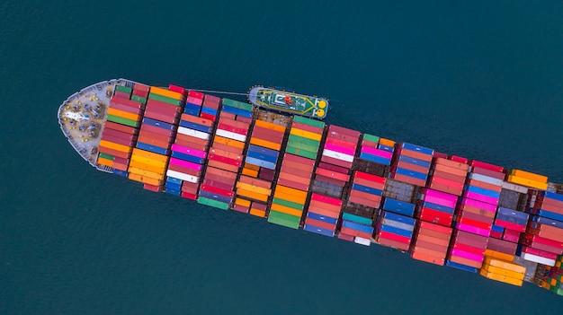 Porte-conteneurs transportant vue aérienne de conteneurs, logistique d'importation et d'exportation d'affaires et transport international par porte-conteneurs en pleine mer, avec espace de copie. Photo Premium