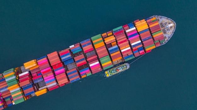 Porte-conteneurs transportant la vue aérienne des conteneurs, logistique et transport d'affaires à l'importation et à l'exportation. Photo Premium
