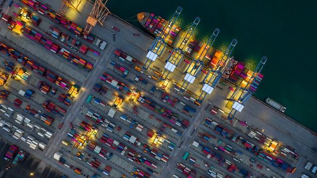 Porte-conteneurs travaillant la nuit, logistique d'import-export et de transport. Photo Premium