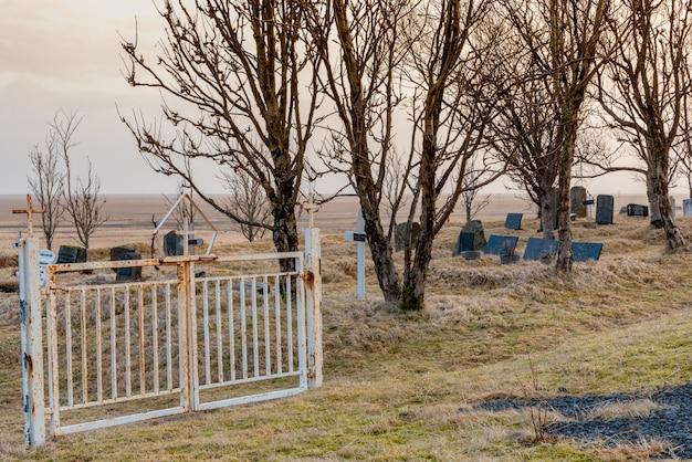 Porte dans le cimetière de l'église de kalfafellsstadur en islande Photo Premium