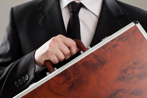 Porte-documents entre les mains d'un homme d'affaires Photo gratuit