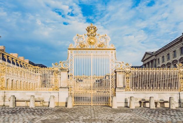 Porte Dorée Principale Dans La Façade Extérieure Du Château De Versailles, Paris, France Photo Premium