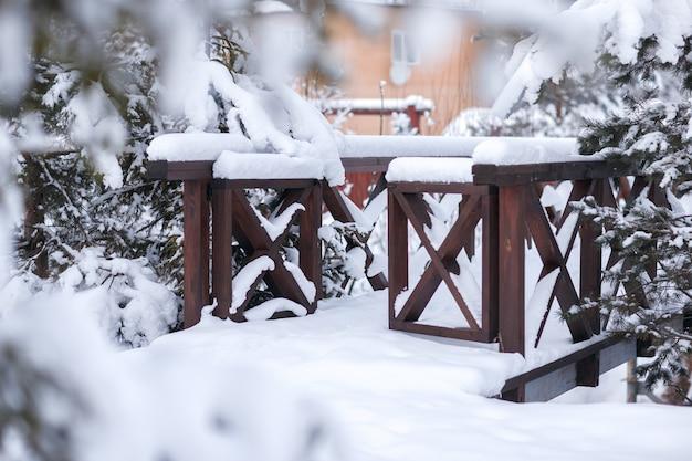 La porte du pont en hiver park. autour des bois d'hiver. épicéa et pin. Photo Premium