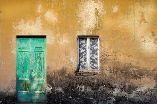 Porte et fenêtre en bois vintage typique Photo Premium