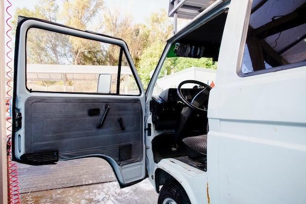 Porte ouverte d'une vieille camionnette blanche Photo gratuit