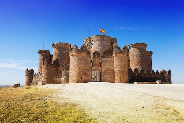 Porte principale dans le château mudéjar gothique Photo gratuit