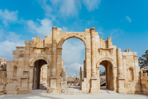 Porte sud de l'ancienne ville romaine de gerasa, jerash moderne, jordanie Photo Premium
