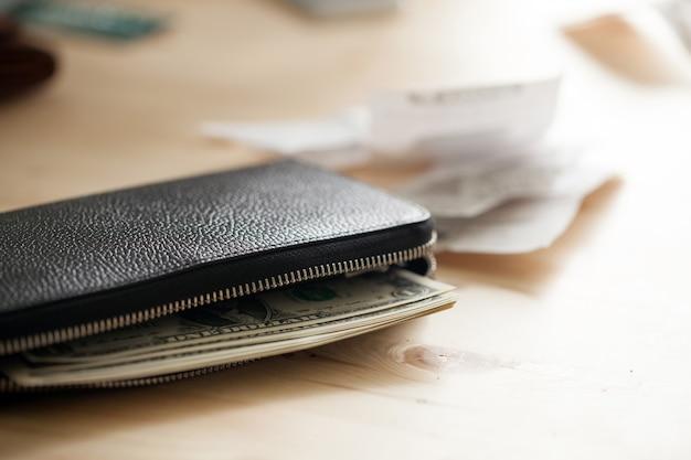 Portefeuille en cuir avec de l'argent Photo gratuit