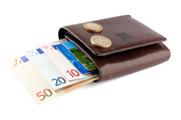 Portefeuille En Cuir Avec Des Billets En Euros, Pièces De Monnaie Et Carte De Crédit Isolé On White Photo Premium