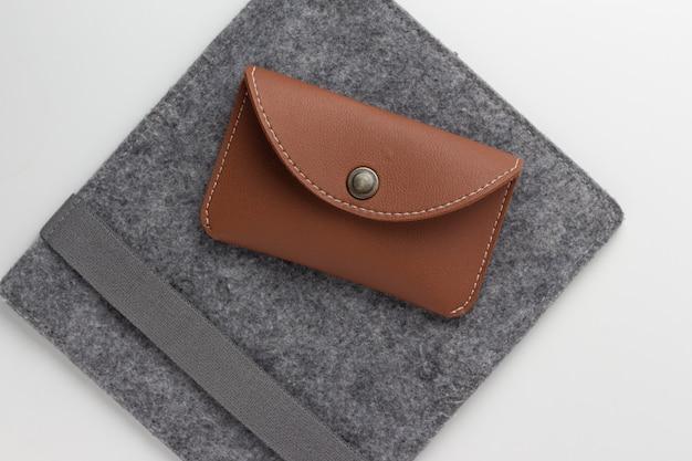 Portefeuille en cuir marron isolé sur fond blanc Photo Premium