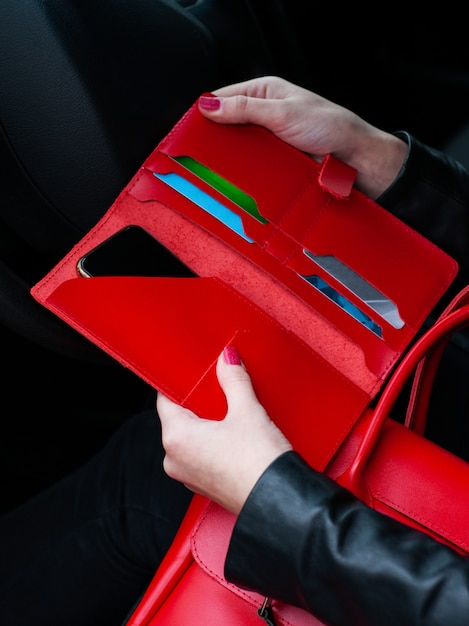 Portefeuille en cuir rouge à la main Photo Premium