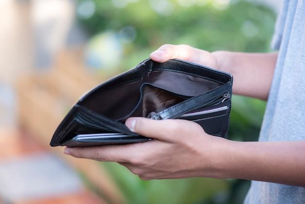 Portefeuille vide dans les mains de l'homme Photo Premium