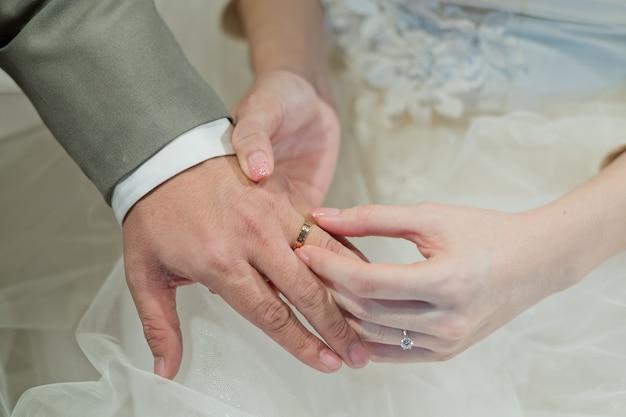 Porter une bague, alliance, amour couple Photo Premium