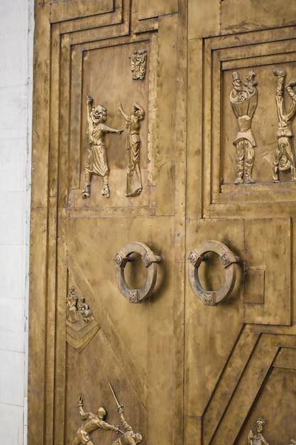 Portes anciennes avec gravure de personnages de théâtre Photo Premium