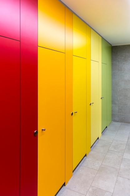 Portes colorées lumineuses dans les toilettes publiques du centre commercial. Photo Premium