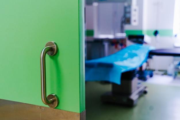Portes fermées dans la salle d'opération. clinique chirurgicale moderne Photo Premium