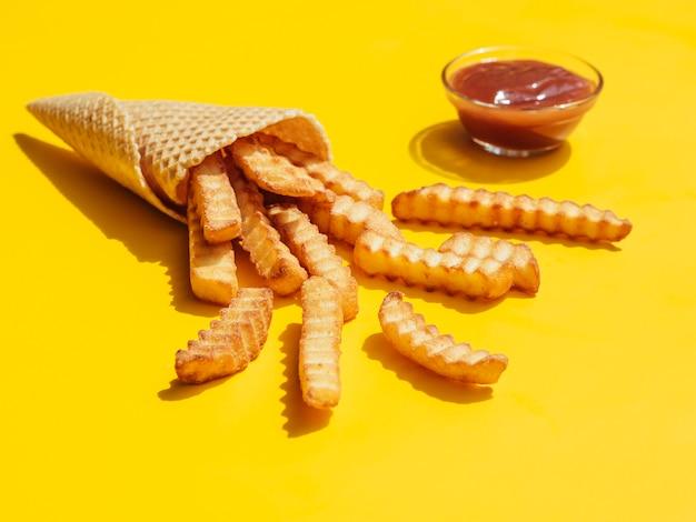 Portion de frites au ketchup Photo gratuit