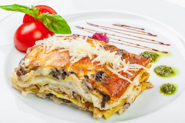 Portion De Savoureuses Lasagnes, Isolé Sur Blanc Photo Premium