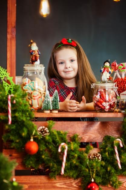 Le portrai de belle petite fille près de noël decoratoins Photo Premium