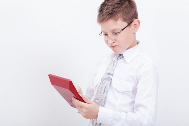 Portrait D'adolescent Avec Calculatrice Sur Blanc Photo gratuit