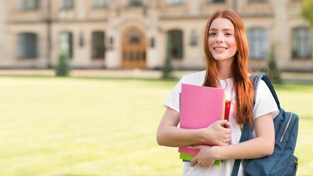 Portrait D'un Adolescent Heureux D'être De Retour à L'université Photo gratuit