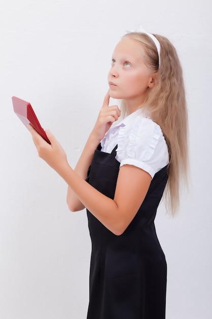 Portrait D'adolescente Avec Calculatrice Sur Blanc Photo gratuit
