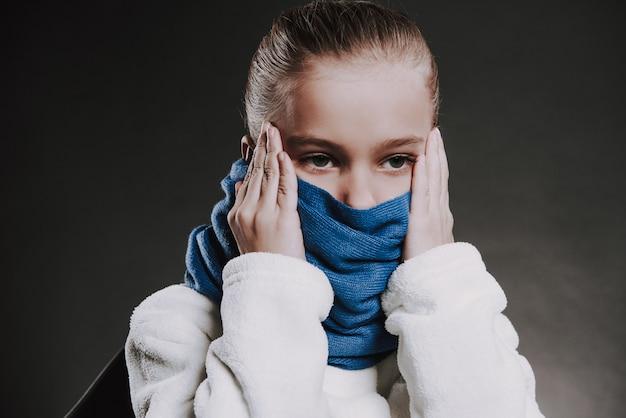 Portrait d'adolescente avec une écharpe tricotée autour du cou Photo Premium