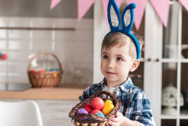 Portrait De L'adorable Petit Garçon Tenant Un Panier Avec Des œufs Photo gratuit
