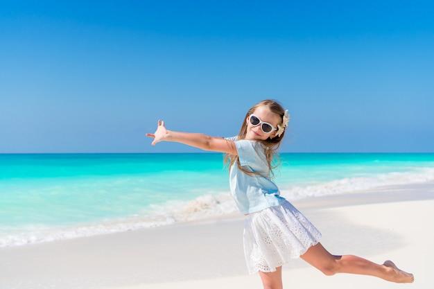 Portrait De L'adorable Petite Fille à La Plage Sur Ses Vacances D'été Photo Premium