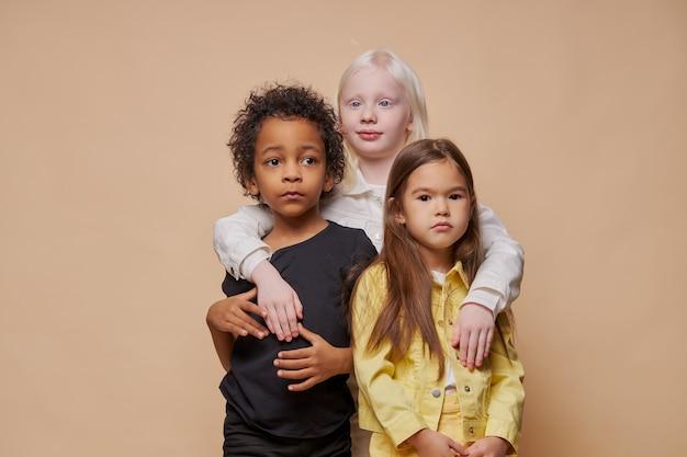 Portrait D'adorables Enfants Divers Isolés Photo Premium