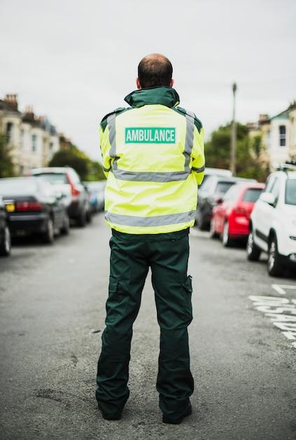 Portrait d'un ambulancier en uniforme Photo gratuit