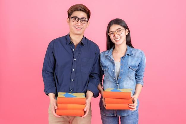 Portrait amical adolescent et femme portant des lunettes et tenant des livres Photo gratuit