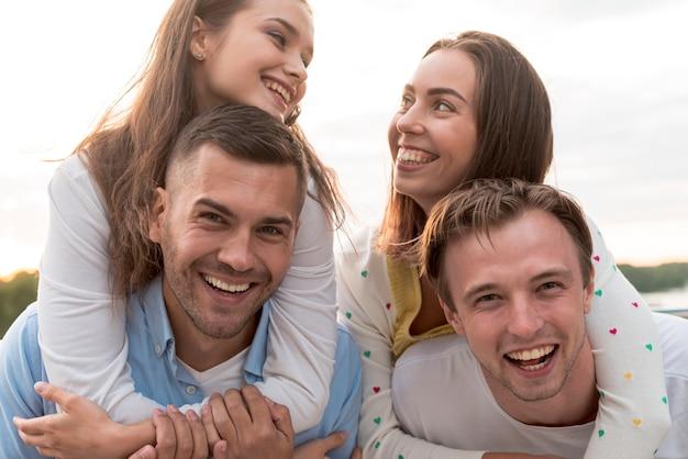 Portrait d'amis à la fête Photo gratuit