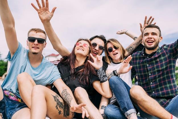 Portrait d'amis sans soucis se moquer ensemble Photo gratuit